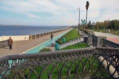 Поплавайте вдоль побережья в городе самары, Российской Федерации стоковое изображение rf