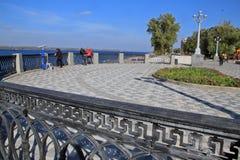 Поплавайте вдоль побережья в городе самары, Российской Федерации Стоковые Фотографии RF