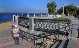 Поплавайте вдоль побережья в городе самары, Российской Федерации стоковое фото
