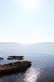 Поплавайте вдоль побережья линия, с утесами и отражениями воды Стоковое Фото