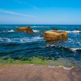 поплавайте вдоль побережья море утесов Стоковое Фото