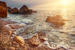 поплавайте вдоль побережья море утесов Стоковое фото RF