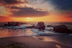 поплавайте вдоль побережья море утесов Стоковые Фото