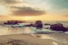 поплавайте вдоль побережья море утесов Стоковое Изображение