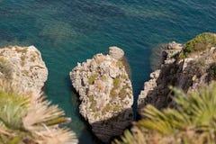 поплавайте вдоль побережья утесистое Стоковые Фотографии RF