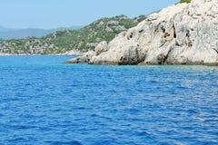 поплавайте вдоль побережья утесистое Стоковые Изображения RF