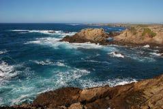 поплавайте вдоль побережья утесистое Стоковые Фото