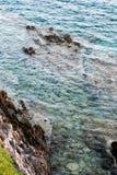 поплавайте вдоль побережья утесистое Стоковое Фото
