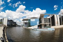 2 поплавка кораблей туристов на оживлении реки рядом с современные здания Германского Бундестага и Мари-Luders-Haus Берлин - Герм Стоковое фото RF