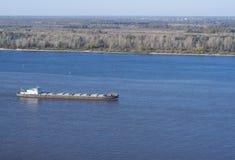 поплавки Сух-груза нагруженные кораблем опускают Реку Волга стоковые фото