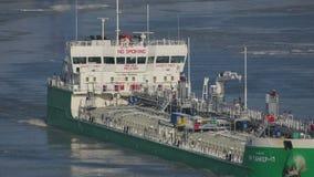 Поплавок корабля топливозаправщика между ледяными полями на Дунае около Tulcea, Румынии видеоматериал