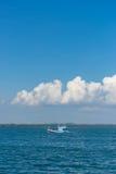 Поплавок рыбацкой лодки на море с голубым небом Стоковая Фотография