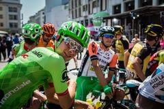 Порденоне, Италия 27-ое мая 2017: Davide Formolo, команда Cannondale, усмехаясь в группе перед стартом Стоковые Фото