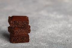 Пористый молочный шоколад, сломанный в части Стоковая Фотография RF
