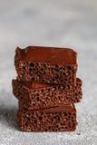 Пористый молочный шоколад, сломанный в части Стоковое Изображение
