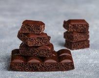 Пористый молочный шоколад, сломанный в части Стоковые Изображения