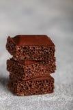 Пористый молочный шоколад, сломанный в части Стоковые Фотографии RF