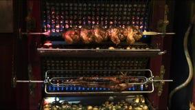 Поросенок, цыплята и овощи на rotisserie на ресторане, Париже акции видеоматериалы