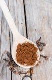 Порошок гвоздичного дерева на деревянной ложке Стоковое Изображение RF
