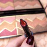 Порошок губной помады ` s женщин красный краснеет фото макроса состава косметик палитры Стоковое Изображение RF