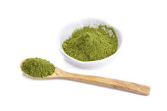 Порошок зеленого чая на плите на белой предпосылке Стоковые Изображения RF