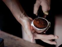 Порошок кофе в ветроуловителе эспрессо, сфокусированном на ветроуловителе Стоковая Фотография RF