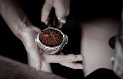Порошок кофе в ветроуловителе эспрессо, сфокусированном на кофе Стоковые Изображения RF