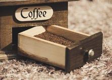 Порошок кофе в коробке точильщиков стоковые фотографии rf