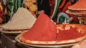 Порошок перца chili и белого перца на подносах Стоковая Фотография