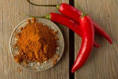 Порошок перца Chili и chili на серебряном блюде Стоковые Изображения RF