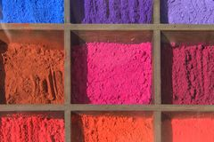 Порошок пигмента цвета в коробке для картины искусства стоковая фотография