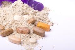 Порошок протеина Whey в ветроуловителе с витаминами и пластичным шейкером на белой предпосылке Стоковые Фотографии RF