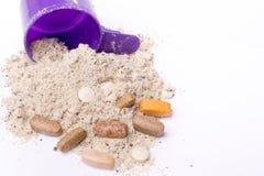 Порошок протеина Whey в ветроуловителе с витаминами и пластичным шейкером на белой предпосылке Стоковые Фото