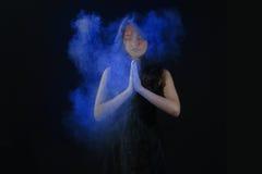 Порошок Holi высокоскоростной фотографии на красивой женщине стоковые фотографии rf