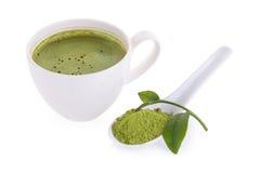 порошок matcha в белых керамических ложке и latte matcha зеленого чая Стоковое Фото
