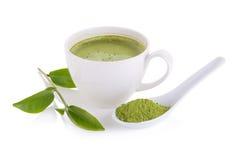 порошок matcha в белых керамических ложке и latte matcha зеленого чая Стоковая Фотография RF