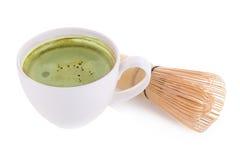 порошок matcha в белых керамических ложке и latte matcha зеленого чая Стоковая Фотография