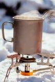Портативная газовая горелка в лесе Bushcraft зимы, звероловстве и p Стоковые Изображения RF
