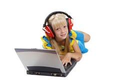 портативная машинка девушки компьютера Стоковая Фотография RF