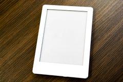 Портативное eBook с 2 путями клиппирования для книги и экрана лежит на таблице Вы можете добавить ваш собственный текст или отобр стоковые фотографии rf