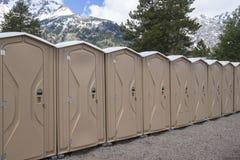 портативные туалеты рядка Стоковые Фотографии RF