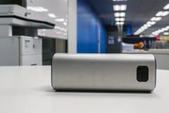 Портативный беспроволочный диктор на белой таблице в офисе Стоковое фото RF