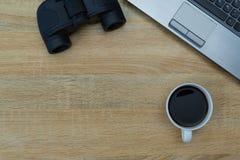 Портативный компьютер или тетрадь и бинокулярное, калькулятор и чашка  Стоковая Фотография RF