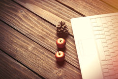 Портативный компьютер и яблоки с конусами сосны Стоковое Изображение