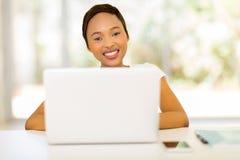 Портативный компьютер молодой женщины Стоковая Фотография RF