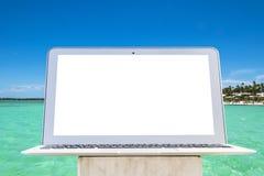 Портативный компьютер на деревянном столе Верхний вид на океан остров предпосылки тропический Раскройте космос пустого портативно стоковое изображение rf
