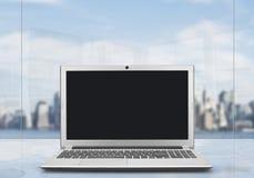 Портативный компьютер на таблице офиса иллюстрация вектора