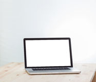 Портативный компьютер пустого экрана на деревянной таблице Стоковое Изображение