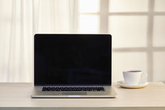 Портативный компьютер с кофейной чашкой Стоковое Фото