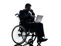 Портативный компьютер с ограниченными возможностями бизнесмена вычисляя в wheelchai Стоковое фото RF